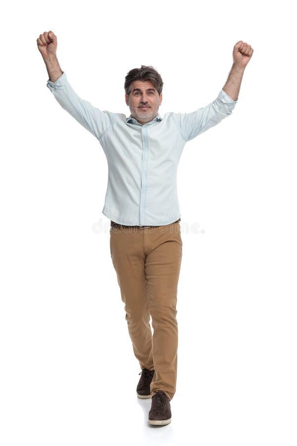 Szczęśliwy przypadkowy starego człowieka kroczenie przedni i odświętność fotografia royalty free