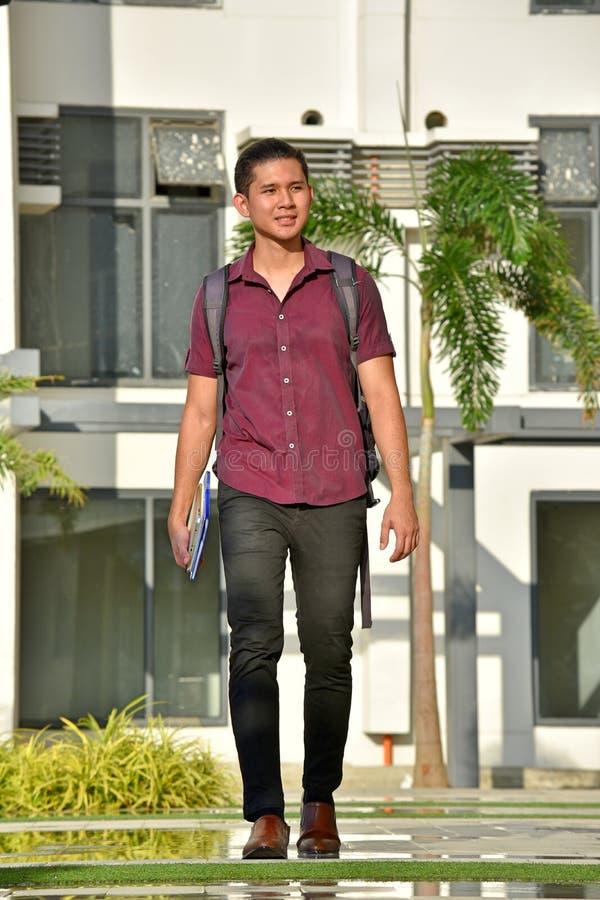 Szczęśliwy Przystojny Filipiński osoby odprowadzenie Na kampusie obrazy royalty free