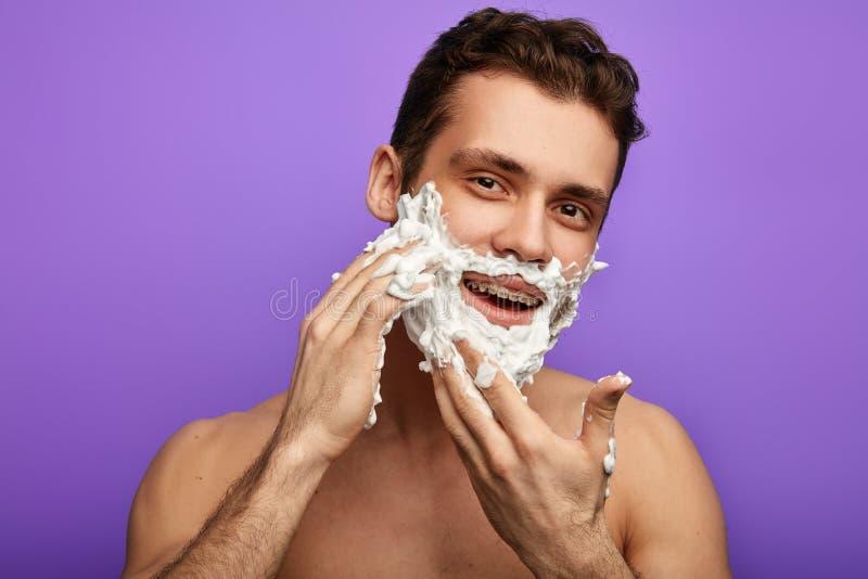 Szczęśliwy przystojny mężczyzna z twarzą golenie śmietanka pełno obraz royalty free