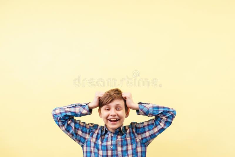 Szczęśliwy radosny ono uśmiecha się dyszy dorastający dzieciak zdjęcia royalty free