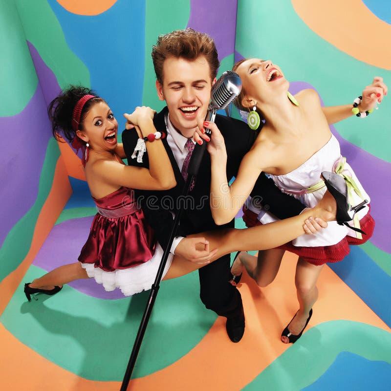 Szczęśliwy retro zespół rockowy na barwionym tle obraz royalty free