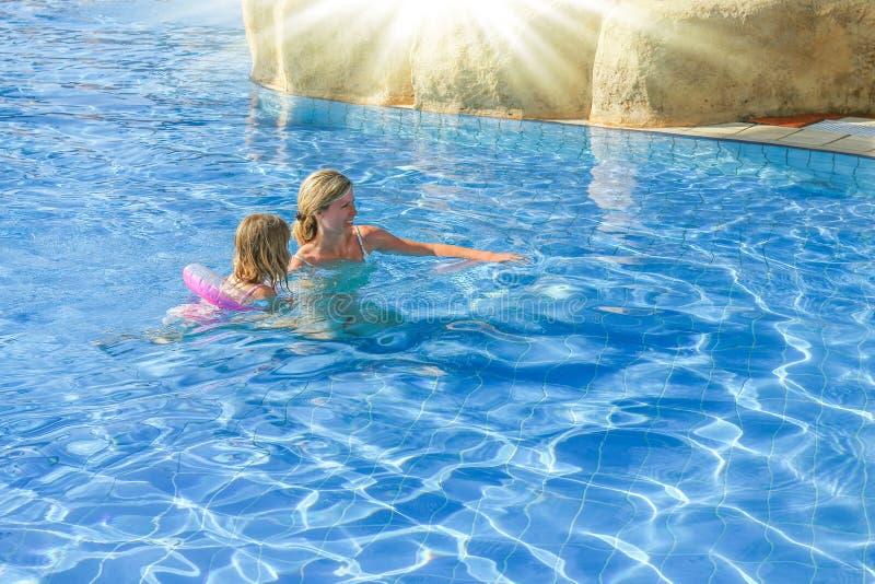 Szczęśliwy rodzic z dzieckiem bawić się w basenie blisko morza fotografia stock