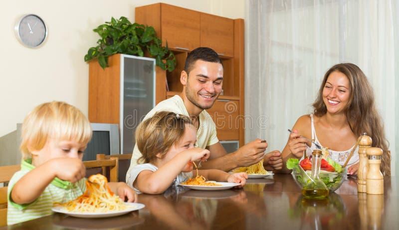 Szczęśliwy rodzina składająca się z czterech osób ma lunch zdjęcia stock