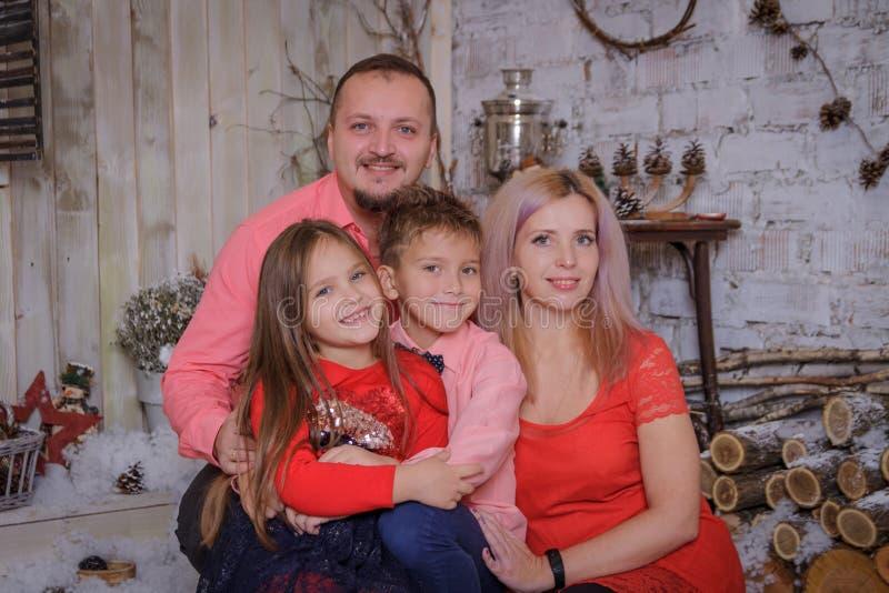 Szczęśliwy rodzina składająca się z czterech osób ono uśmiecha się zdjęcia stock