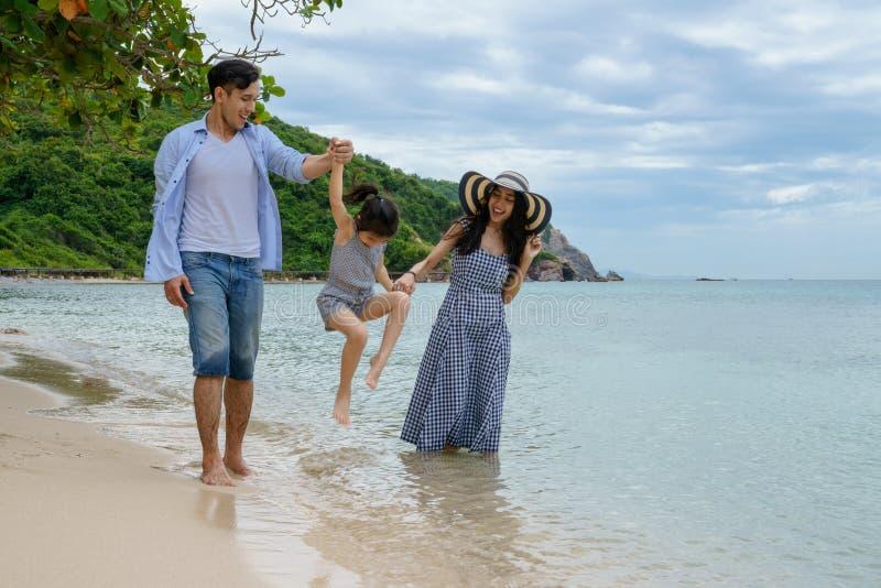 Szczęśliwy rodzinny bawić się na plaży przy dnia czasem obrazy royalty free