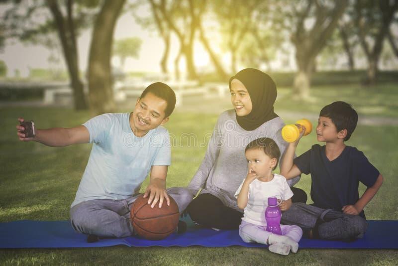 Szczęśliwy rodzinny bierze selfie obrazek przy parkiem obraz royalty free