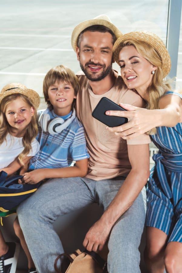 Szczęśliwy rodzinny bierze selfie w lotnisku zdjęcia royalty free
