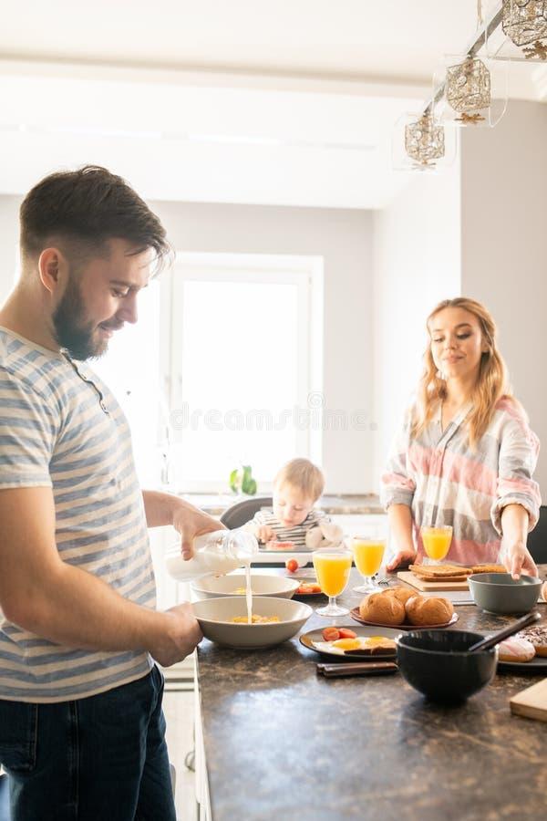 Szczęśliwy Rodzinny Cieszy się śniadanie z dzieckiem zdjęcia stock
