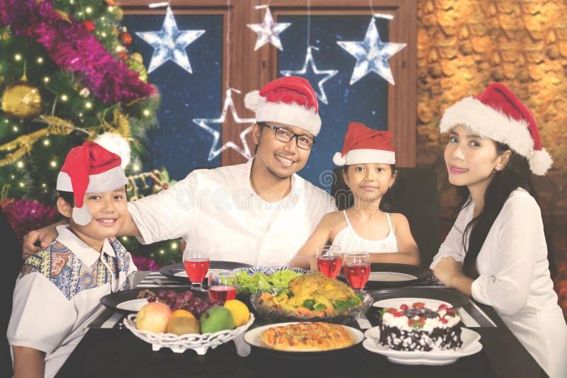 Szczęśliwy rodzinny cieszy się posiłek w domu zdjęcie royalty free