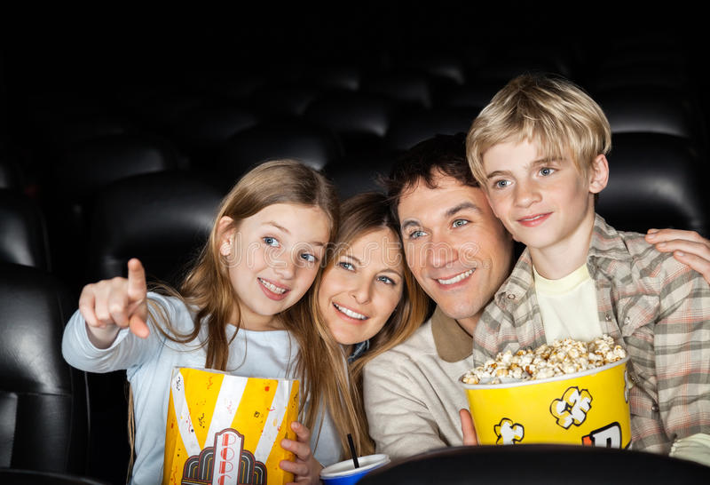 Szczęśliwy Rodzinny dopatrywanie film W teatrze zdjęcie royalty free