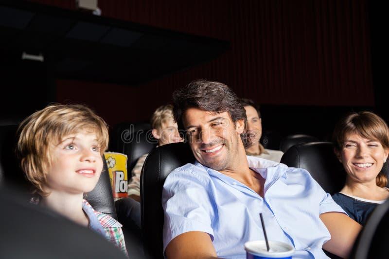 Szczęśliwy Rodzinny dopatrywanie film W teatrze obraz stock