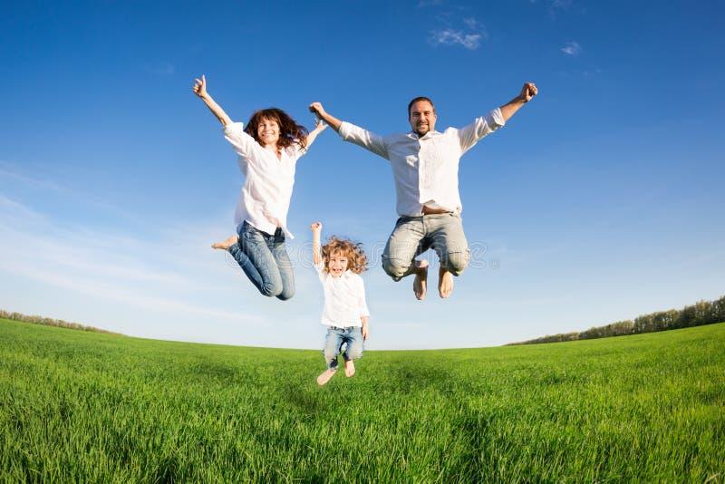 Szczęśliwy rodzinny doskakiwanie zdjęcia stock