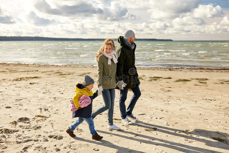 Szczęśliwy rodzinny iść pinkin na plaży w jesieni zdjęcia stock