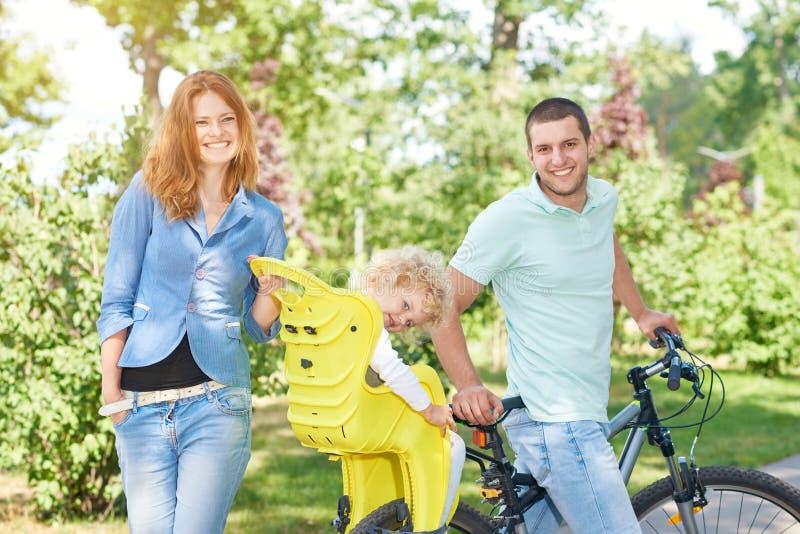 Szczęśliwy rodzinny jazda rower przy parkiem obraz royalty free