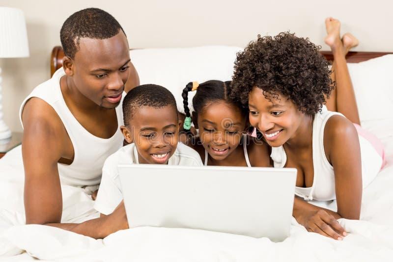 Szczęśliwy rodzinny lying on the beach na łóżku obrazy royalty free