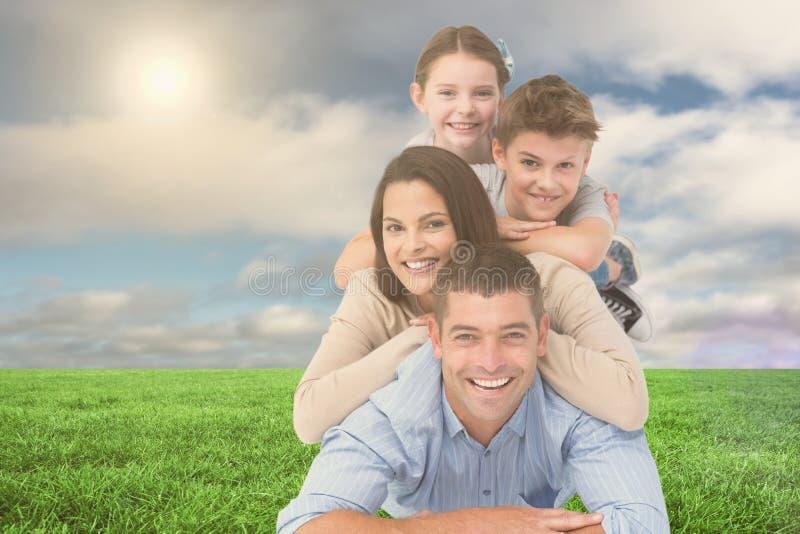 Szczęśliwy rodzinny lying on the beach na each inny przy parkiem obrazy royalty free