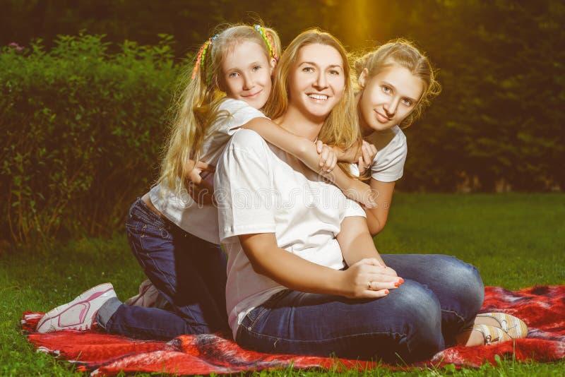 Szczęśliwy rodzinny lying on the beach na trawie w lecie piknik obraz royalty free