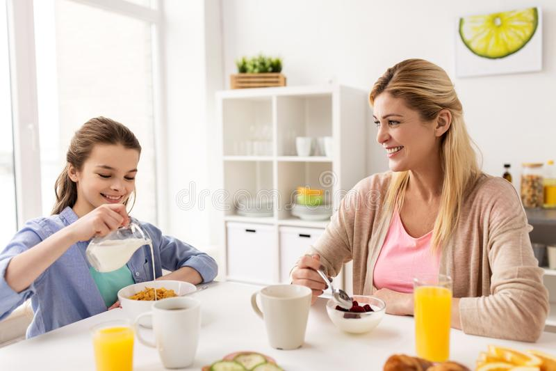 Szczęśliwy rodzinny mieć śniadanie kuchnię w domu zdjęcia royalty free