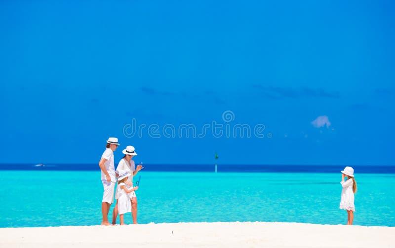 Szczęśliwy rodzinny mieć zabawę na biel plaży obraz stock