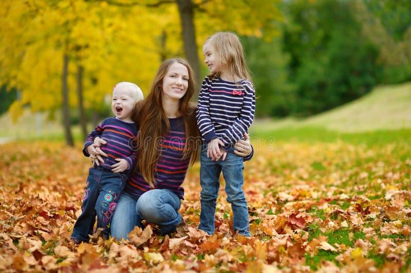 Szczęśliwy rodzinny mieć zabawę na jesień dniu zdjęcia stock