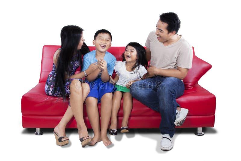 Szczęśliwy rodzinny mieć zabawę na kanapie wpólnie zdjęcia royalty free