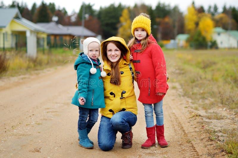 Szczęśliwy rodzinny mieć zabawę na pięknym jesień dniu fotografia royalty free