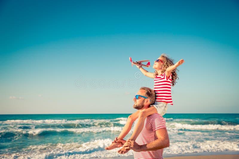 Szczęśliwy rodzinny mieć zabawę na wakacje fotografia royalty free
