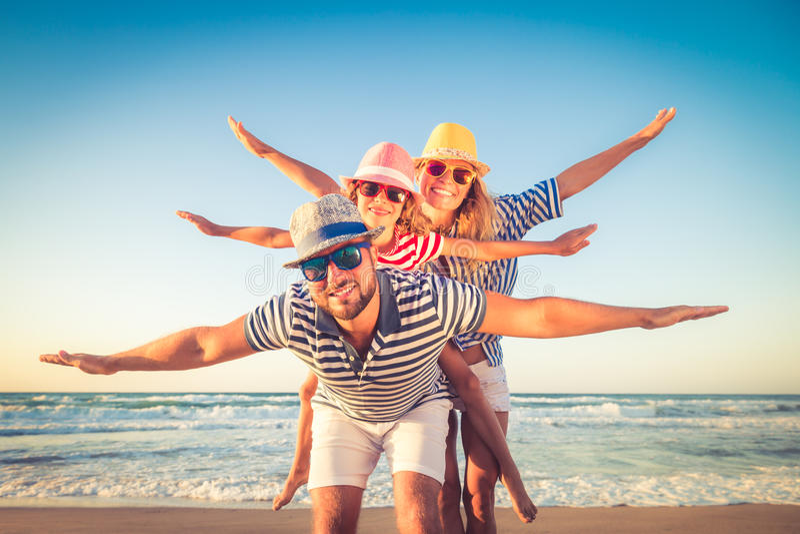 Szczęśliwy rodzinny mieć zabawę na wakacje zdjęcie stock