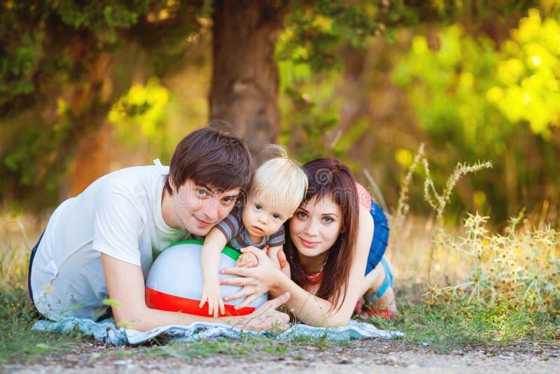 Szczęśliwy rodzinny mieć zabawę outdoors zdjęcie stock