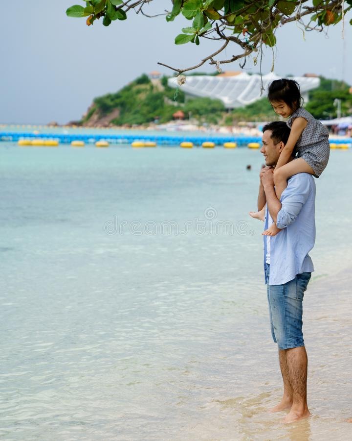 Szczęśliwy Rodzinny Mieć zabawę przy plażą fotografia stock