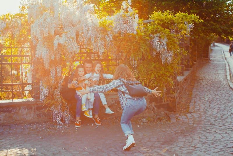Szczęśliwy rodzinny mieć zabawę w turystycznym mieście obraz stock
