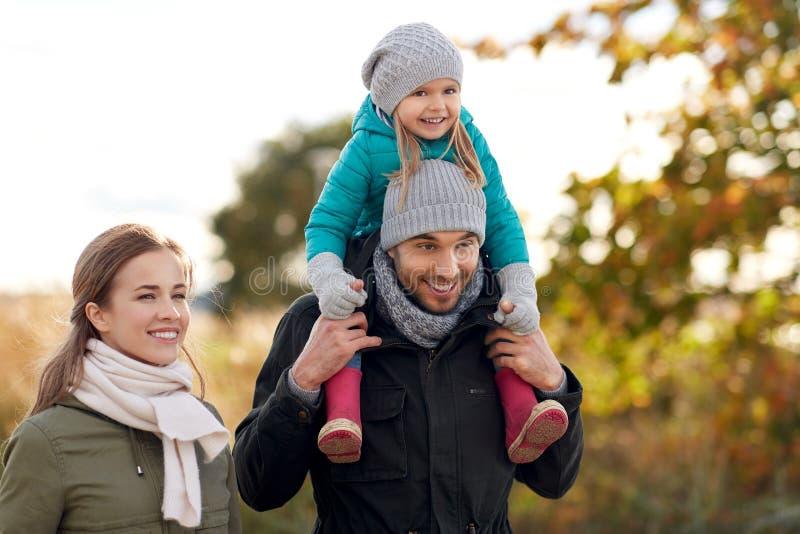 Szczęśliwy rodzinny odprowadzenie w jesieni zdjęcie royalty free