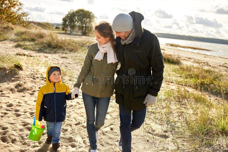 Szczęśliwy rodzinny odprowadzenie wzdłuż jesieni plaży fotografia royalty free