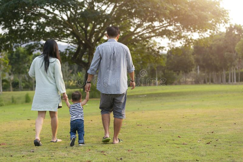 Szczęśliwy rodzinny odprowadzenie z synem w ogródzie obrazy royalty free