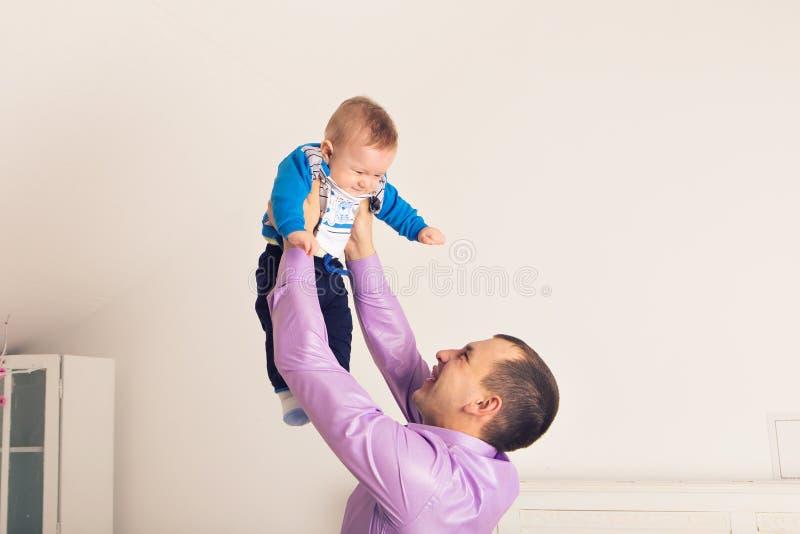 Szczęśliwy rodzinny ojca i dziecka dziecka syna bawić się obraz stock