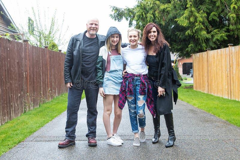 Szczęśliwy Rodzinny Outside w deszczu obraz royalty free