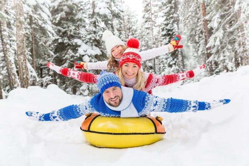 Szczęśliwy rodzinny plenerowy w zimie obraz stock