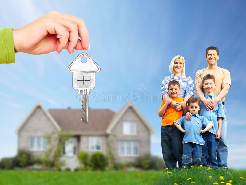 Szczęśliwy rodzinny pobliski nowy dom. zdjęcia royalty free