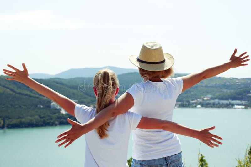 Szczęśliwy rodzinny podróżować: matki i dziecka córka zdjęcie stock