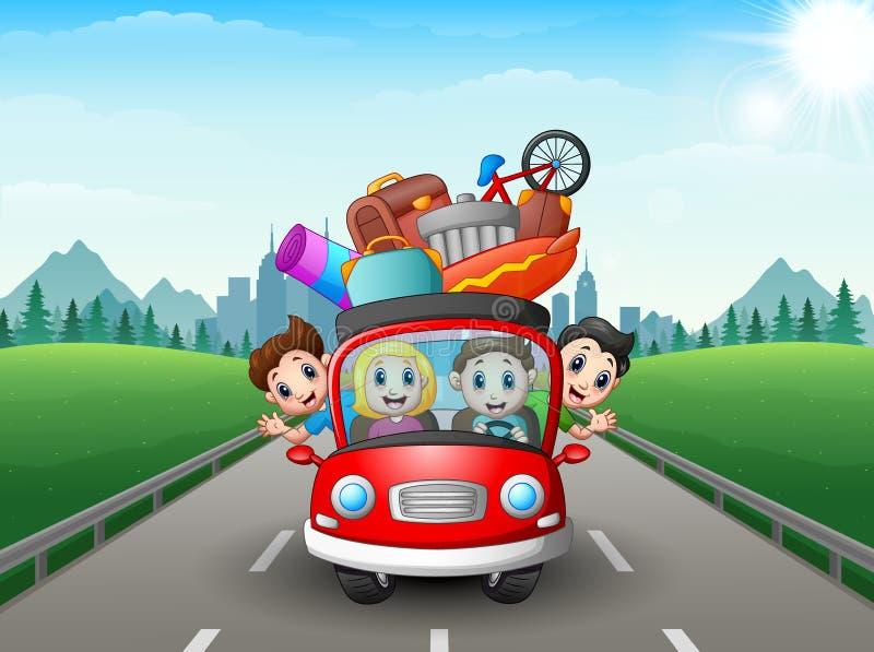 Szczęśliwy rodzinny podróżować z czerwonym samochodem fotografia royalty free