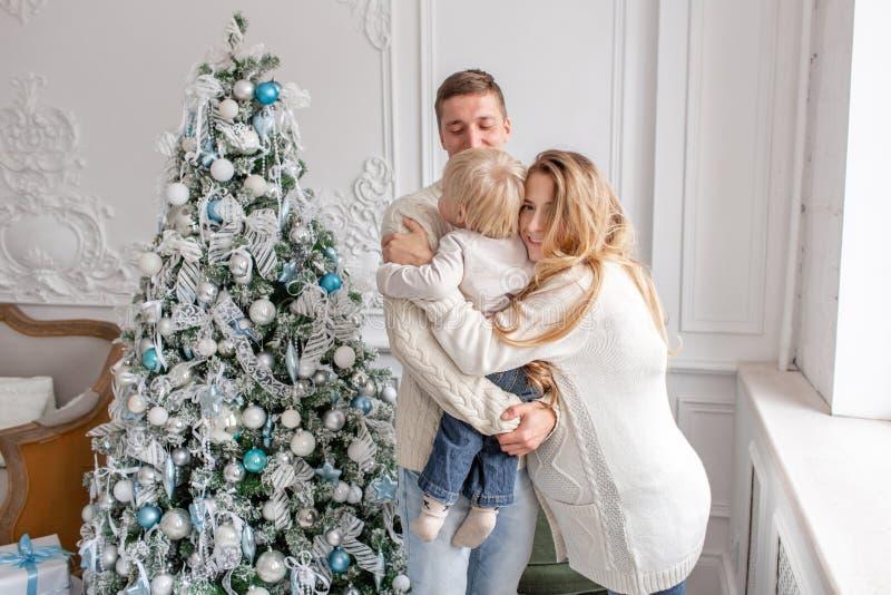 Szczęśliwy rodzinny portret W domu - ojcuje, ciężarna matka i ich mały syn szczęśliwego nowego roku, odznaczony świąteczne drzewk obraz royalty free