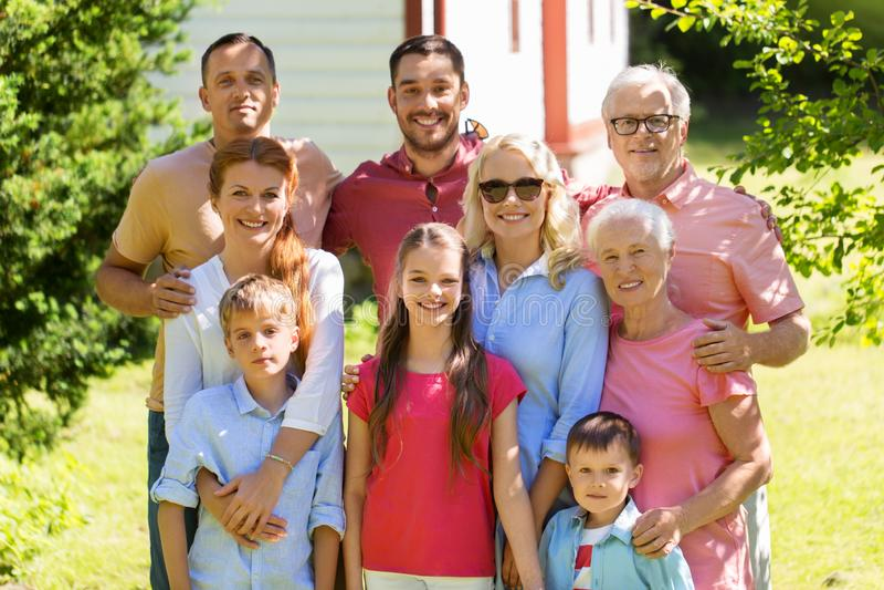 Szczęśliwy rodzinny portret w lato ogródzie fotografia royalty free