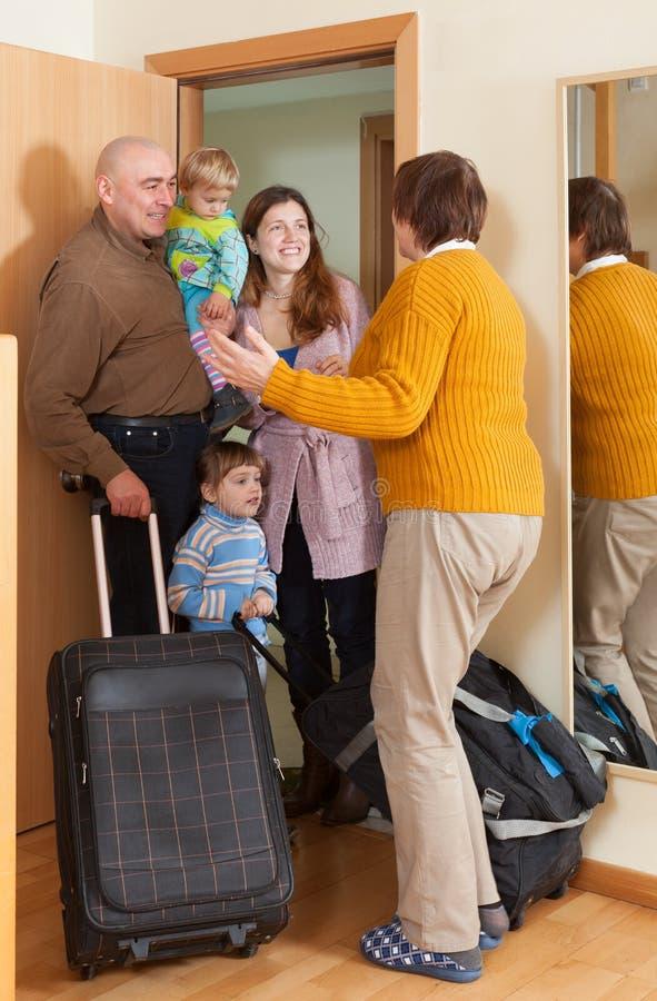 Szczęśliwy rodzinny przybycie babcia obraz royalty free