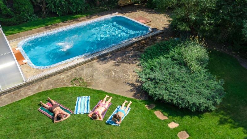 Szczęśliwy rodzinny relaksować basenem, powietrzny trutnia widok rodzice, z góry dzieciaki, i zabawę na wakacje, rodzinny weekend obrazy stock