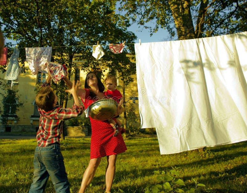 Szczęśliwy rodzinny robi pralniany outside, dzieci obraz royalty free