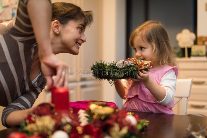 Szczęśliwy rodzinny ruchliwie w decorationg dla bożych narodzeń zdjęcie royalty free
