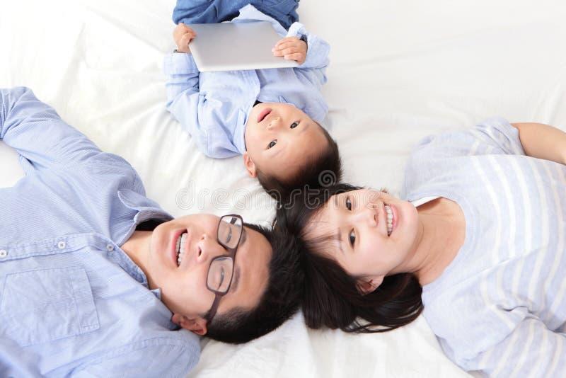 Szczęśliwy rodzinny używa pastylka komputer osobisty obrazy royalty free