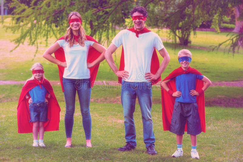 Szczęśliwy rodzinny udawać być bohaterem royalty ilustracja