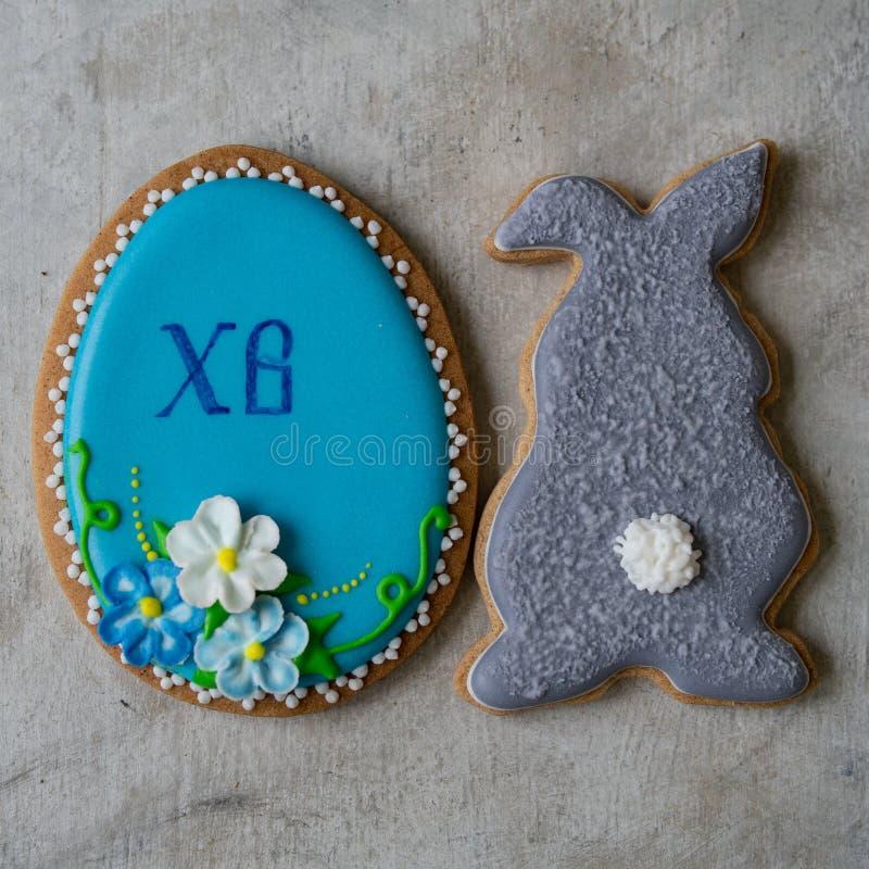 Szczęśliwy rodzinny wakacje, piernikowi Easter ciastka w formie królik i jajko, Świąteczni ciastka na szarym tle selekcyjna ostro fotografia stock