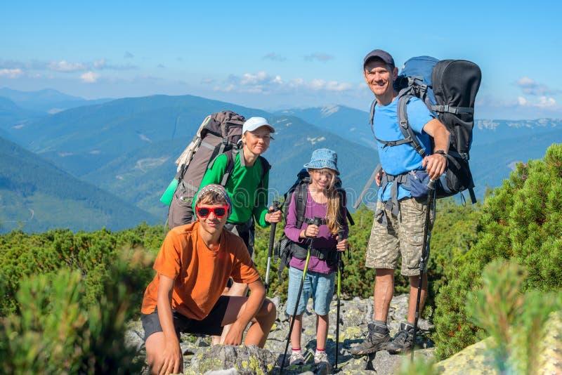 Szczęśliwy rodzinny wycieczkować w górach fotografia royalty free